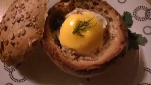 Jajko z salami zapiekane w bułce
