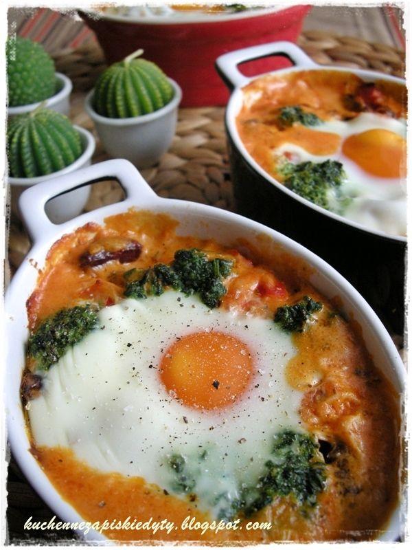 Jajko zapiekane na fasoli w pomidorowym sosie