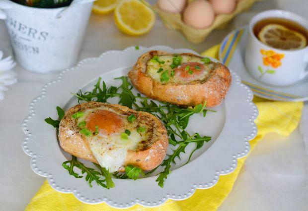 Jajko zapiekane w bułce, z szynką i serem