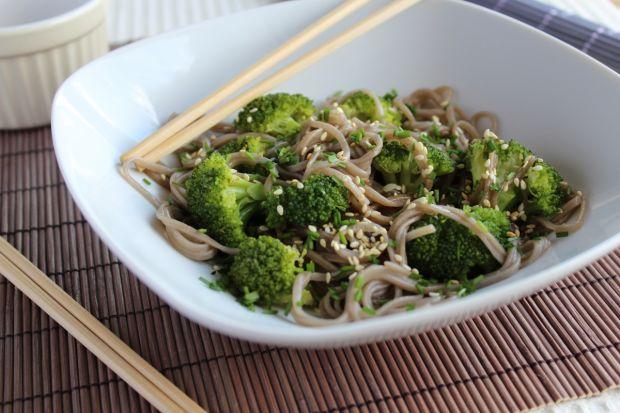 Japoński makaron soba z brokułem