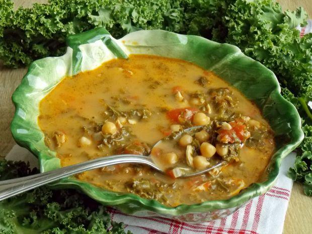 Jarmużowa zupa z pomidorami i cieciorką