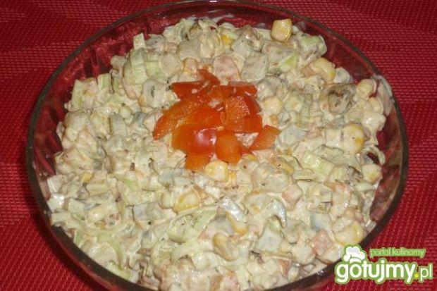 Jarzynowa sałatka z kurczakiem i porem