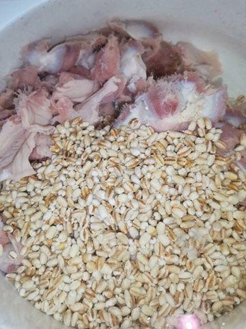 Jarzynowa z kaszą pęczak na żołądkach drobiowych.