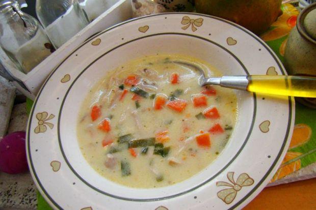 Jarzynowa zupa z mięsem i czosnkiem niedźwiedzim