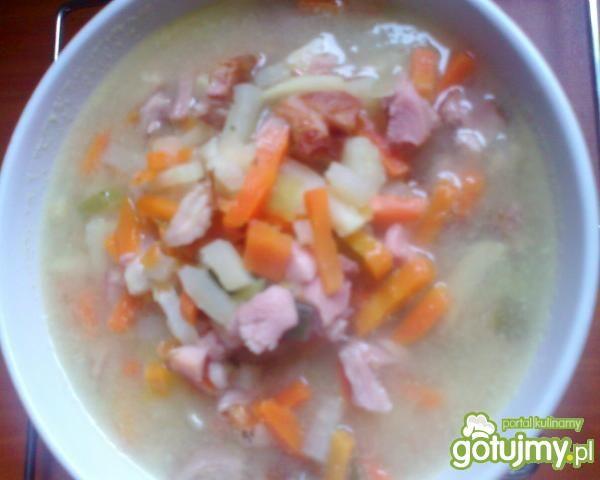 Jarzynowa zupa z wędzonym kurczakiem