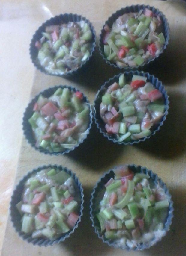Kakaowe - białe babeczki z rabarbarem
