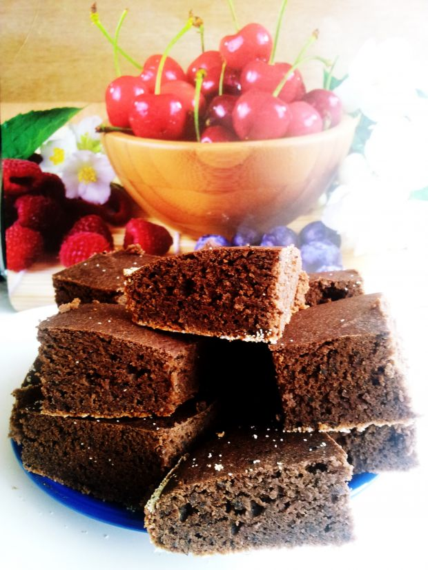 Kakaowe ciasto z fasoli z olejkiem migdałowym.