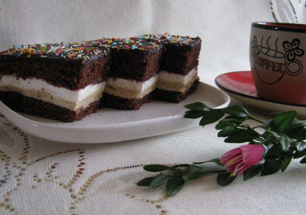 Kakaowe ciasto z kremem i śmietaną