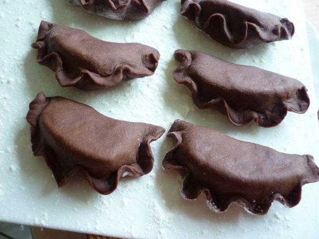 Kakaowe pierogi z brzoskwiniami