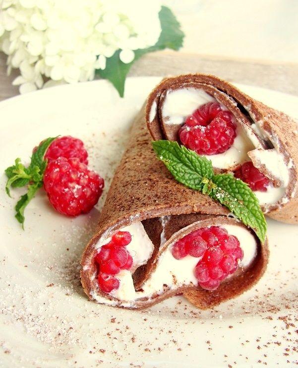 Kakaowo-gryczane naleśniki z serkiem i malinami