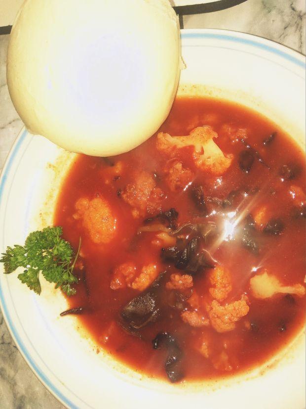 Kalafior z grzybkami Mun w sosie pomidorowym.