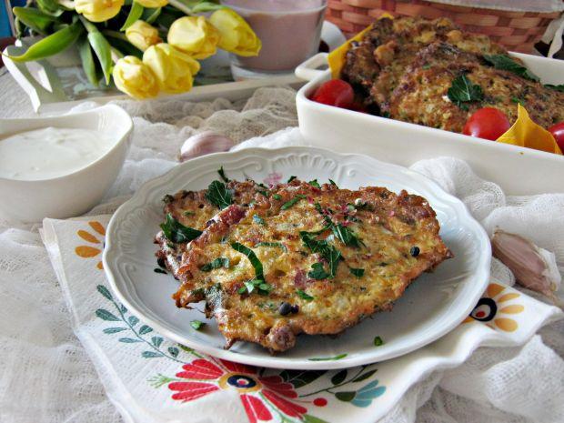 Kalafiorowe placuszki z kurczakiem i kabanosami