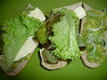 Kanapka na ciepło z awokado i camembertem