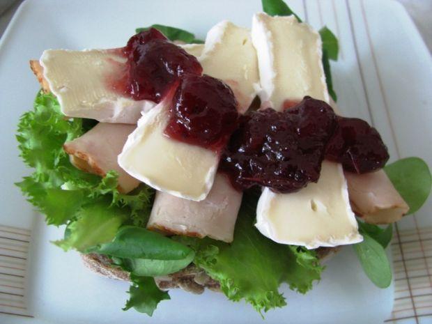 Kanapka z serem pleśniowym i żurawiną