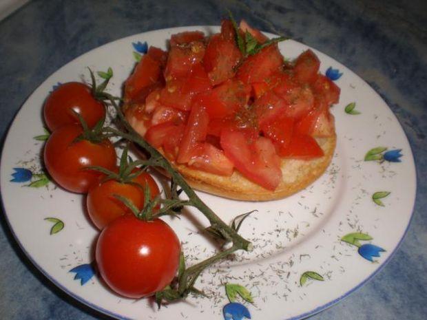 Kanapki pomidorowo-czosnkowe.