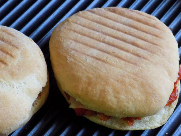 Kanapki z grilla z mięsem i sosem