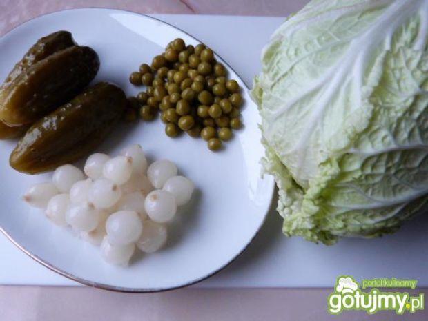 Kapusta pekińska z groszkiem i cebulką