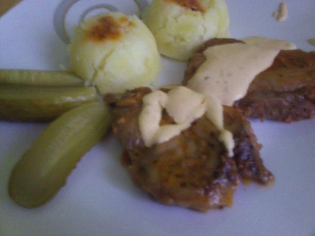 Karkówka podana z sosem czosnkowym