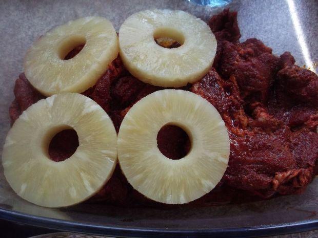 Karkówka z ananasem, cebulą i porem