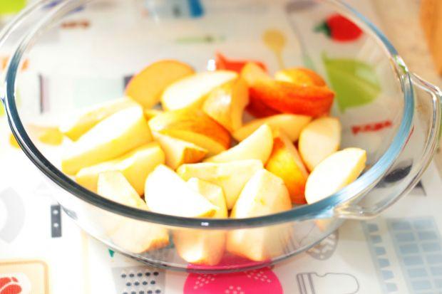 Karkówka zapiekana w winie z jabłkami