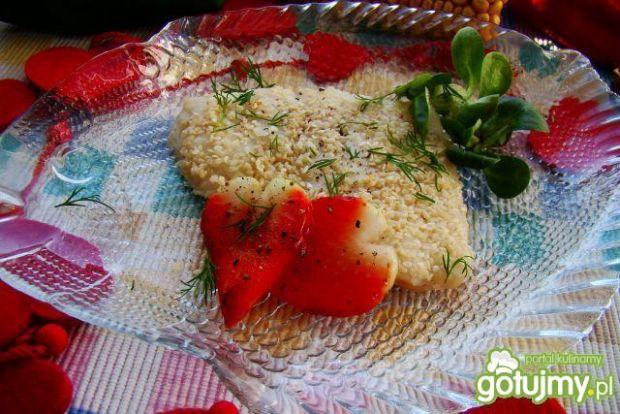 Karmazyn w sezamie podany z truskawkami