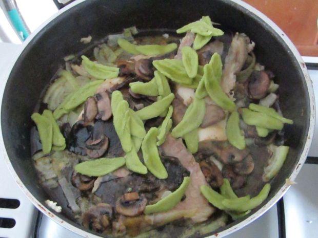 Karp w śmietanie z pieczarkami i makaronem