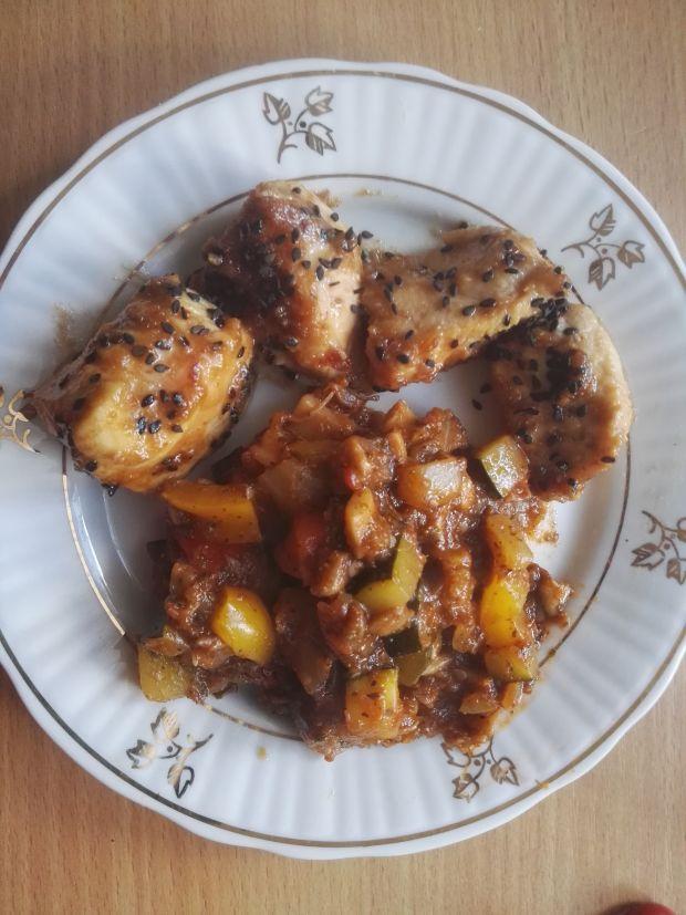 Kąski z kurczaka w maśle orzechowym i sezamie