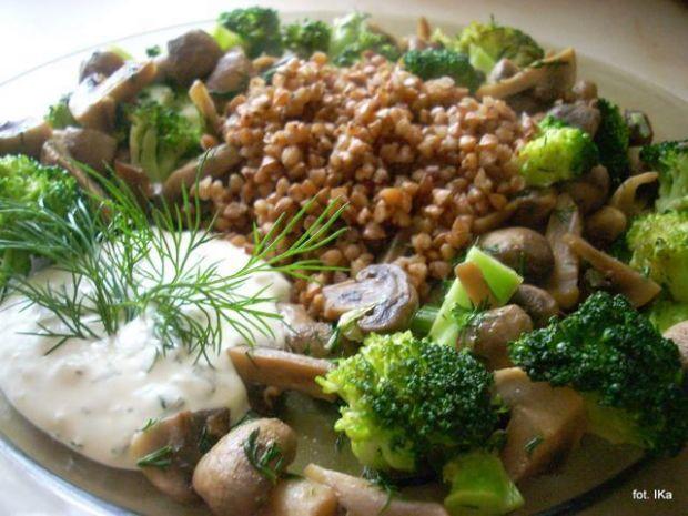 Kasza gryczana z brokułem i pieczarkami