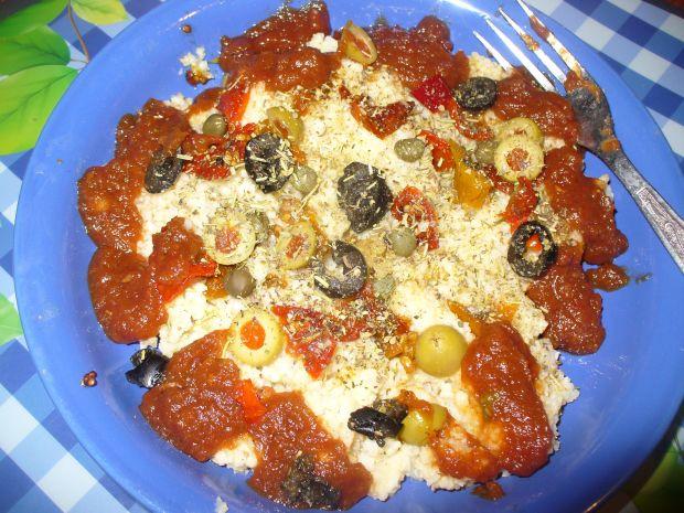 Kasza jaglana z oliwkami i pomidorkami suszonymi