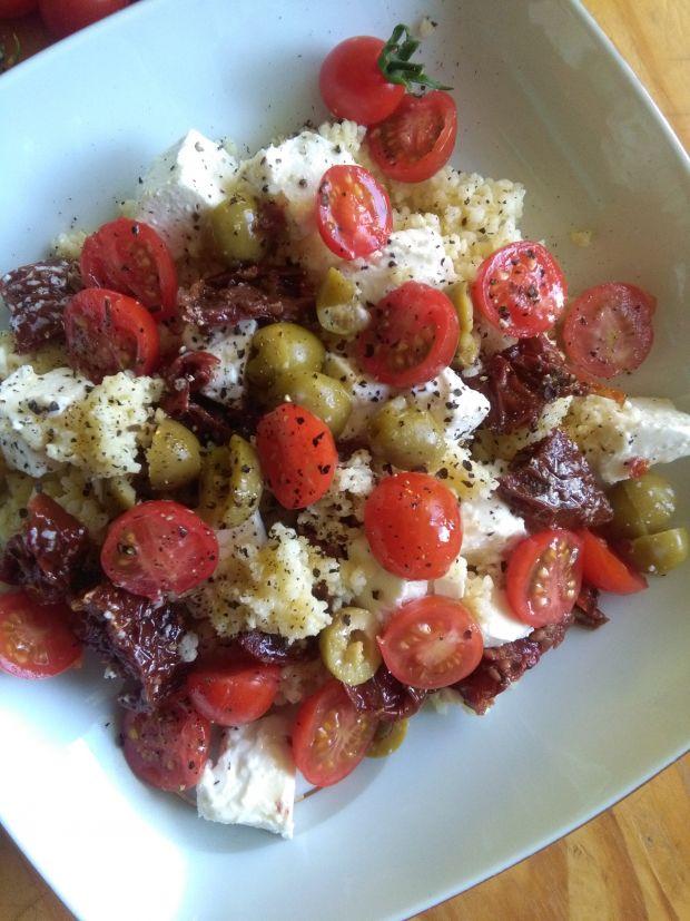 Kaszą jaglaną z serem feta, oliwkami i pomidorkami
