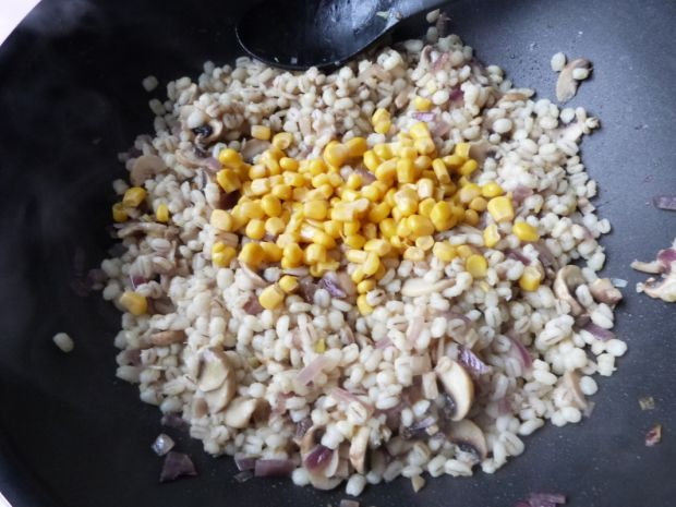 Kasza pęczak z kukurydzą i pieczarkami