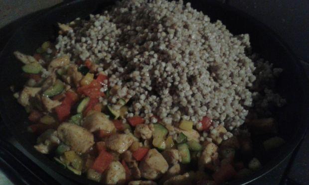 Kasza z kurczakiem i warzywami z patelni