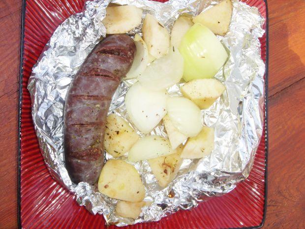 Kaszanka grillowana z jabłkiem i cebulką