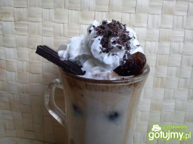 Kawa mrożona w kostkach z lodami