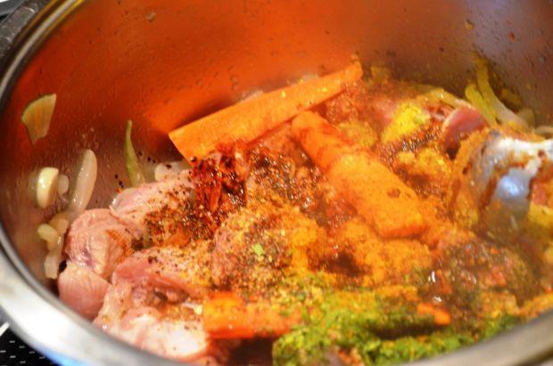 Kawałki indyka w pikantnym sosie