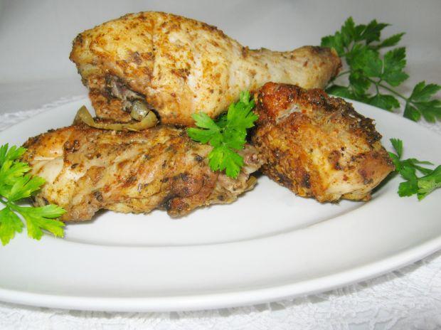 Kawałki kurczaka pieczone w piekarniku.