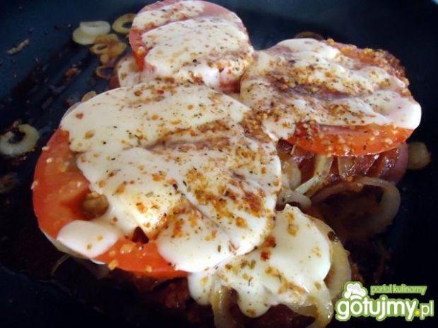 Kiełbasa grillowana z pomidorem i serem