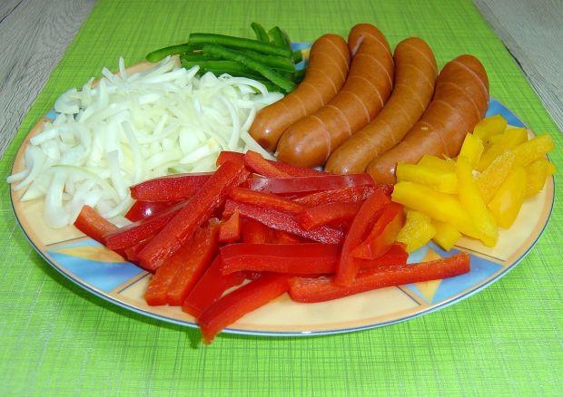 Kiełbasa podsmażana z cebulą i papryką