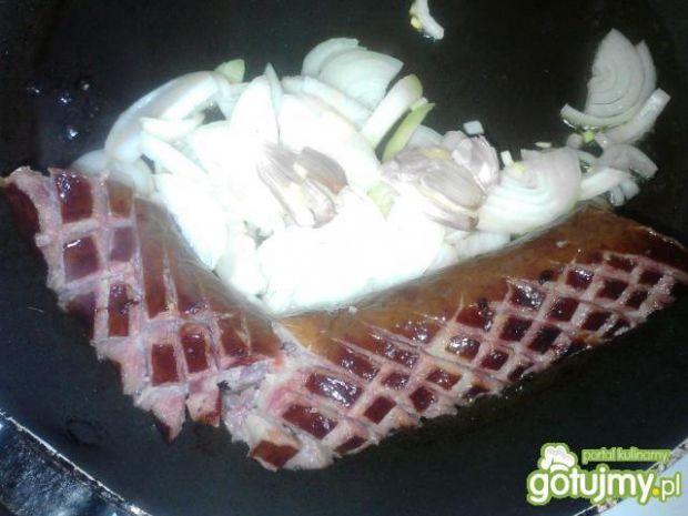 Kiełbasa smażona z cebulą i ziemniakami