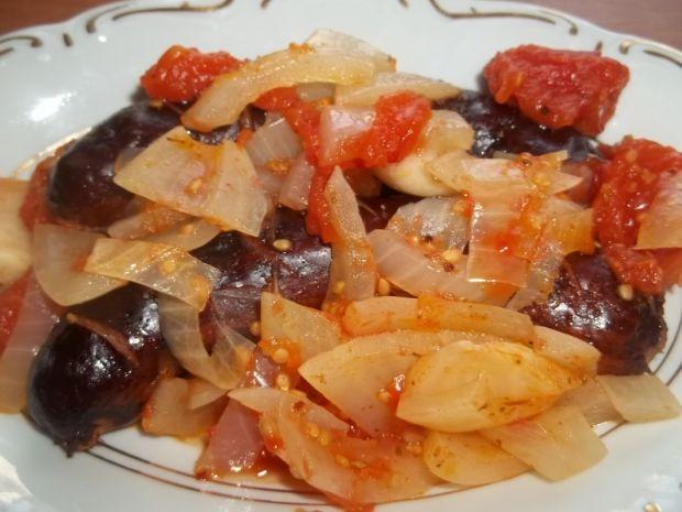 Kiełbasa z cebulą w pomidorach