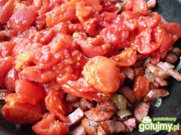 Kiełbasa z fasolką szparagową w sosie.