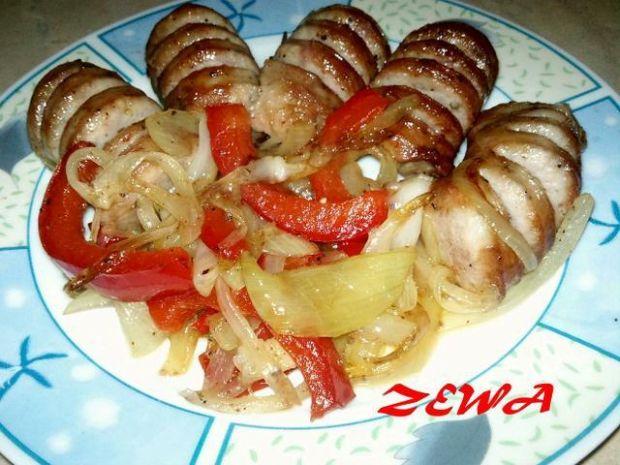 Kiełbasa z papryką i cebulą