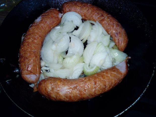 Kiełbaski z cebulą z patelni