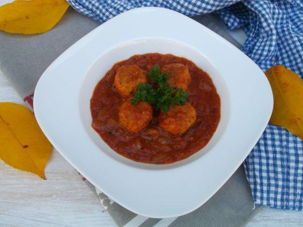 Klopsiki w pomidorowo-cebulowym sosie