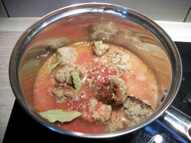 Klopsiki z mięsa i kaszy w sosie pomiorowym