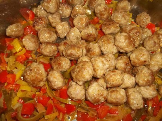 Klopsiki z warzywami w sosie pomidorowym