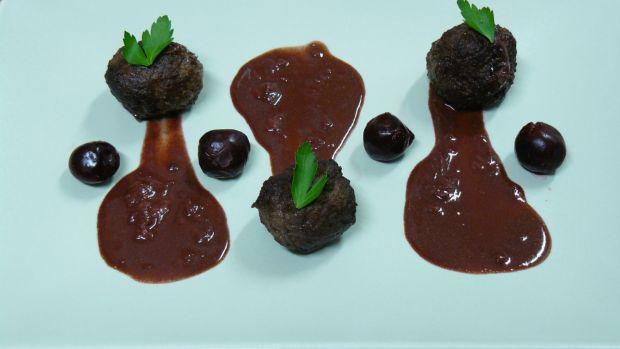Klopsiki z wątróbki sosie czekoladowo-wiśniowym