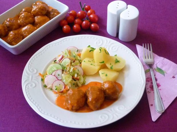 Klopsy z warzywami w sosie pomidorowym