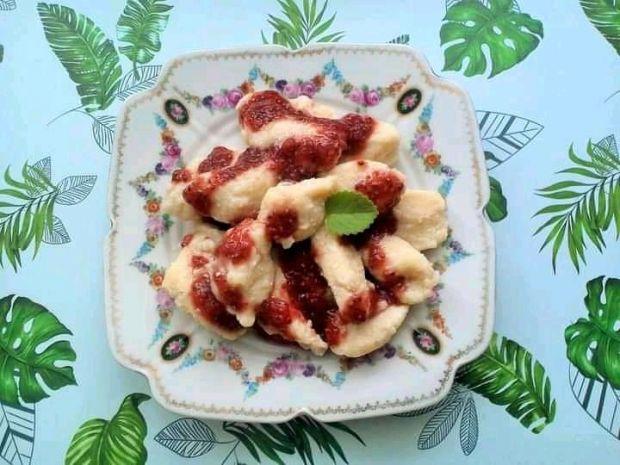 Kluski jogurtowe z domowym sosem truskawkowym