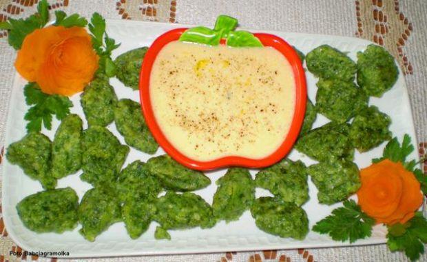 Kluski szpinakowo-twarożkowe z sosem
